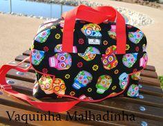 Saco de maternidade com bolso exterior e 6 bolsos interiores. Alças de mão e alça de ombro regulável