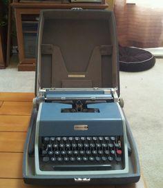 Olivetti Underwood 21 Typewriter w/Hard Shell Case