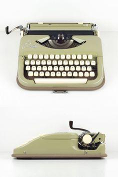 Vintage Princess Standard Working Typewriter Green von ILikeToType