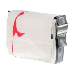 Canvasco Umhängetasche Sylt  !Die Canvasco Tasche ist eine weiße Tasche mit dem Motiv von der Insel Sylt. Der graue Tragegurt mit weißen Streifen ist ca. 9 cm breit, längenverstellbar und mit einer Edelstahlschnalle versehen. Die Schultertasche besteht aus wasserfestem und extrem widerstandsfähigem Segeltuch. Die Tasche kann problemlos gewaschen werden. Jede Canvasco Umhängetasche ist ein absolutes ... bei www.german-bags.de