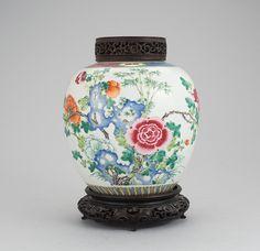 Vaso em porcelana Chinesa do sec.19th, Familia Rosa, Dinastia Qing, 24cm de altura, 2,390 USD / 2,190 EUROS / 9,540 REAIS / 15,720 CHINESE YUAN soulcariocantiques.tictail.com