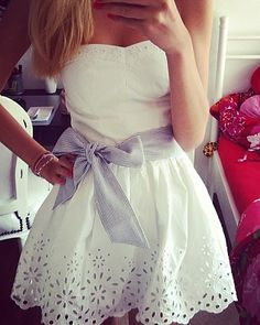 White strapless dress with big grey bow! Summer Outfits, Cute Outfits, Summer Dresses, Evening Dresses, Pretty Dresses, Beautiful Dresses, Casual Dresses, Short Dresses, Vogue