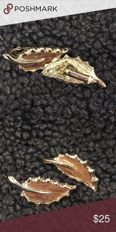 Vintage Sarah Coventry goldtone clip 🍃 earrings Vintage Sarah Coventry faux Wood grain and gold tone figural leaf clip earrings Measures 1 1/2 inch Vintage Jewelry Earrings
