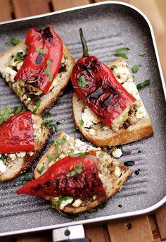 Sylwestrowa przekąska - przepisy na przekąski - blog - codojedzenia.pl Bruschetta, Vegetable Pizza, Feta, Vegetables, Ethnic Recipes, Blog, Vegetable Recipes, Blogging, Vegetarian Pizza
