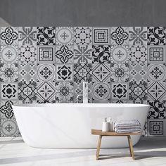 Papel pintado en el baño: te contamos cuál es mejor y cómo ponerlo Stickers Design, Wall Stickers, Fes, Style Tile, Ceramic Decor, Clawfoot Bathtub, Furniture Makeover, Bath Mat, Ceramics
