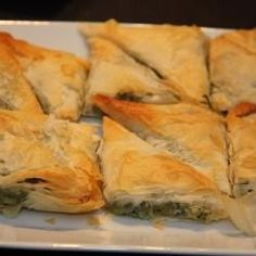 These are a quick and easy finger food; filo triangles are filled with a spinach and ricotta then baked in an oven. They have Greek origins as a 'Spanakopita' where feta is used in lieu of ricotta cheese. Queso Ricotta, Spinach Ricotta, Spinach And Cheese, Frozen Spinach, Pastry Recipes, Cooking Recipes, Comida Armenia, Filo Pastry, Savory Snacks