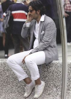 White jeans always look crisp. Very Burt Bacharach PattyOnSite Dapper Gentleman, Dapper Men, Gentleman Style, Mens Style Looks, Men's Style, Guy Style, White Fashion, Men's Fashion, Elegant Man