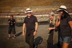 Historien Mary Beard donne Gilmour et Samson une visite du site antique. Elle a expliqué comment Pompéi comme une ville de province était «Shepton Mallet du monde romain»David Gilmour,Polly Samson, Mary Beard & Pompéi 2016