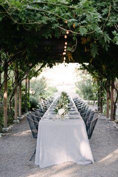 Gorgeous vineyard table: http://www.stylemepretty.com/living/2015/03/27/surprise-30th-birthday-dinner-on-a-vineyard/ | Photography: Melanie Duerkopp - http://melanieduerkopp.com/