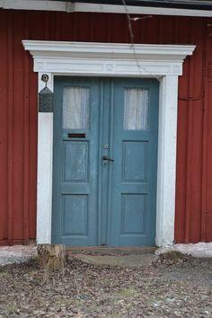 studio karin: FÄRG PÅ DÖRREN TILL RÖTT HUS Scandinavian Cottage, Swedish Cottage, Red Cottage, Swedish House, Cottage Style, Build My Own House, Building A House, Country Home Exteriors, Cottage Exterior