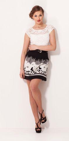 nie masz pomysłu, co ubrać na kawę z przyjaciółkami? Duże wzory na spódnicy wyglądają bajecznie z koronkową bluzką!