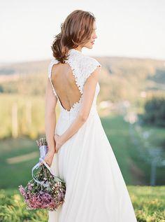 Descrizione: latte paralume seta e cotone pizzo abito da sposa non-corsetto; collo e schiena del corpetto sono decorate da appliques di pizzo fatto a