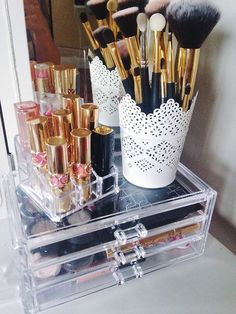 Pin by amy smith on make up in 2019 meikki, meikkaus, meikit Make Up Organizer, Make Up Storage, Storage Ideas, Rangement Makeup, Vanity Organization, Make Up Organization Ideas, Makeup Rooms, Beauty Room, All Things Beauty