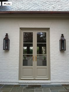 I really love painted brick. if only my husband would give in I like the white brick, the the color of the door would look great as trim color and garage door color Café Exterior, Exterior Design, Bungalow Exterior, Exterior Remodel, Cottage Exterior, Exterior French Doors, Beige House Exterior, White Stucco House, Exterior Siding Colors
