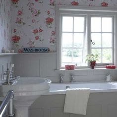 Small floral bathroom Although an all-white bathroom is the best way to keep a small bathroom feeling spacious, a bold country wallpaper is great for making an impact. One or two red accessories work as subtle accent pieces, and complement the wallpaper. All White Bathroom, Grey Bathrooms, Beautiful Bathrooms, Bathroom Modern, Baños Shabby Chic, Shabby Chic Bedrooms, Bad Inspiration, Bathroom Inspiration, Bathroom Ideas