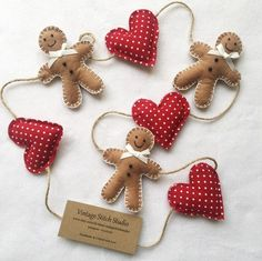Christmas Decorations Sewing, Gingerbread Christmas Decor, Gingerbread Crafts, Christmas Sewing Projects, Felt Christmas Ornaments, Holiday Crafts, Christmas Diy, Diy Christmas Bunting, Gingerbread Man Decorations