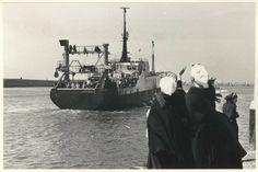 Buitenhaven, een hektrawler vaart de haven uit; op de voorgrond vrouwen die de bemanning uitzwaaien. 1973 ANP #ZuidHolland #Scheveningen