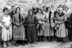 Un grupo de campesinas que llegaron a las avanzadas republicanas, huyendo de las tropas franquistas en 1936