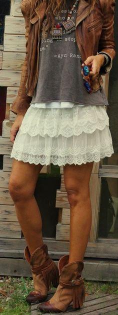 Look de moda: Chaqueta Motera de Cuero Marrón, Camiseta con Cuello Barco Estampada Gris Oscuro, Minifalda de Encaje Blanca, Botas a Media Pierna de Cuero Marrónes