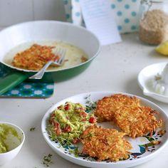 Gemüsepuffer aus Kartoffeln, Käse und Knollensellerie. Dazu gibt es selbst gemachten Avocadodip.