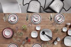 Ein stilvoll gedeckter Tisch mit den Synthesis Servierschalen und dem Flow Geschirr in schwarz und rot