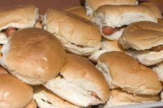 Bij de Lidl mini broodjes belegd met knakworst