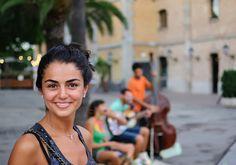 Psicólogos de la Universidad de Purdue realizaron un experimento dentro de su campus para medir los efectos de una sonrisa. 239 estudiantes participaron en un estudio en el que se cruzaron, sin saber que estaban siendo examinados, con personas que los recibieron con una sonrisa o los ignoraron notoriamente.
