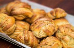 Kanelbullar: pãezinhos doces suecos com cardamomo e canela - Malas e Panelas