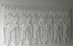 Cabeceira de cama Flores no Elo7 | Arte dos Nós (E83DA1) Macrame Design, Macrame Art, Macrame Projects, Macrame Curtain, Macrame Plant Hangers, Macrame Toran, Macrame Chairs, Yarn Wall Art, Crochet Curtains