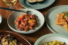 デンマーク発のサスティナブルプラントベースミート「Naturli'(ナチューリ)」ので作ったエビチリならぬチキンチリ。えんどう豆が主原料のナチューリのフェイクミートはまさにチキンの食感です。ピリ辛の自家製チリソースがフェイクミートとよく絡まり合いクセになる美味しさはご飯が進みます。オードブルの一品としてお酒のおつまみにもおすすめです! Kung Pao Chicken, Beef, Ethnic Recipes, Food, Products, Meat, Essen, Meals, Yemek