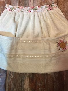 Absorbent apron with lace trim