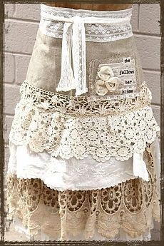 I love aprons, and I also love doilies and lace! ~ What a wonderful apron idea! I think it would make a beautiful shabby chic skirt too! Sewing Aprons, Sewing Clothes, Aprons Vintage, Vintage Lace, Diy Fashion, Ideias Fashion, Cute Aprons, Linen Apron, Moda Boho