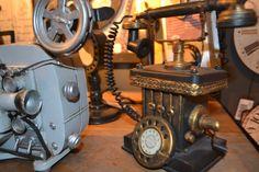 Sabe aquela réplica antiga que faltava para completar a sua decoração? Você encontra na Adoro Presentes. Venha conferir as réplicas de telefones antigos, câmeras e muito mais. #RéplicasParaDecoração #RéplicasAntigas #ideiasdeDecoração #RéplicasTelefonesAntigos #RéplicasCâmera #Camerafogotráfica #RéplicasDivertidas.