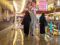 Em comparação com as outras cidades árabes, Dubai foge um pouco dos rigores do islamismo. A chegada dos turistas transformou o cenário no que hoje é uma das metrópoles mais pulsantes de todo o Oriente Médio.