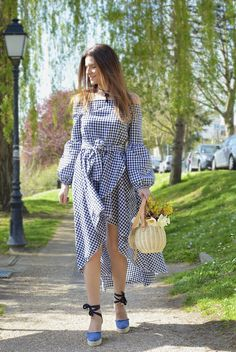 En robe vichy. #gingham #vichy #dress #ootd #tenuedejour #sac #zara #bag #panier #basket #style #streetstyle #paris #frenchstyle #trench #trenchcoat #parisienne #alpargatas #espadrilles #sandals #shoes #castaner #spring #sofrenchbynaty