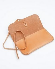 Now here is a beautiful and easy idea I would like to make. Beautiful, simple stiff leather glasses case. Yes.