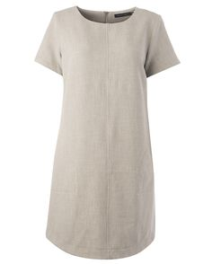 Monikäyttöisessä mekossa on taskut piilossa.