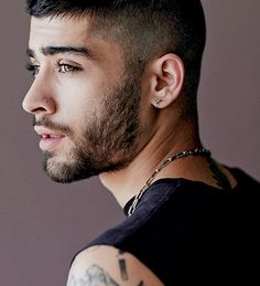 Find and save inspirational imagery of former One Direction member Zayn Malik. Estilo Zayn Malik, Zayn Malik Fotos, Zayn Malik Style, Thalia, Zyn Malik, Trending Hairstyles, Beautiful Men, Hair Cuts, Hair Styles