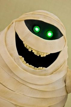 """Murray The Mummy From """"Hotel Transylvania"""" As A Light-Up Cake"""