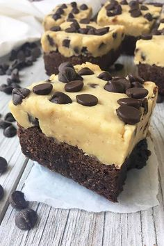 The Best of Both Worlds: Crazy Chocolate Chip Cookie Dough Brownies Try as you might, you won't be able to stop yourself after eating just one of these cookie dough brownie bars. Make Foodal's irresistible recipe now. Smores Dessert, Dessert Dips, Fun Desserts, Delicious Desserts, Dessert Recipes, Yummy Food, Tasty, Cookie Dough Vegan, Cookie Dough Brownies