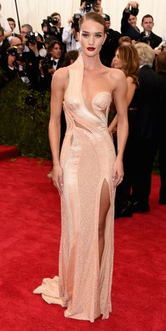 Rosie Huntington-Whiteley wore an Atelier Versace dress to attend the Met 2015 Ball.