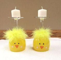 Verres à vin déguisés en poussins pour la décoration de Pâques.15 Décorations de Pâques à faire avec des verres à vin