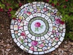 Mosaic Slate Round Stepping Stone with Vintage China and Stained Glass Garden… (Step Stones) Create Unique Stepping Stones to Match Your Personality, Home, or Garden (Unique Porch Step) Make gorgeous stepping stones from broken china Organic Gardening S Round Stepping Stones, Garden Stepping Stones, Homemade Stepping Stones, Decorative Stepping Stones, Mosaic Garden Art, Mosaic Art, Garden Tiles, Mosaic Crafts, Mosaic Projects