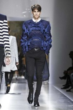 Balmain Menswear Spring Summer 2018 Paris is part of Mens fashion summer Discover NOWFASHION, the first real time fashion photography magazine to publish exclusive live fashion shows Get to see the - Mens Fashion 2018, Male Fashion Trends, Fashion Guide, Live Fashion, Paris Fashion, Winter Fashion, Traje A Rigor, Christophe Decarnin, Tailor Made Suits