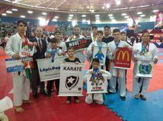 Botucatu conquista 17 medalhas no Karate em Indaiatuba - Atletas de Karate da cidade de Botucatu fizeram bonito neste final de semana em Indaiatuba., onde foi realizado o Campeonato Brasileiro De Karate Interestilos. No total foram 17 medalhas disputadas com outros 1200 atletas, de 280 equipes de 23 estados brasileiros.  Houve ainda a disputa na - http://acontecebotucatu.com.br/esportes/botucatu-conquista-17-medalhas-no-karate-em-indaiatuba/