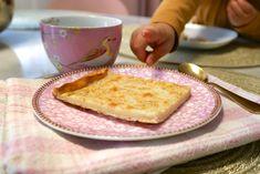 Pannukakku eli pannari on yksi suomalaisten suosikkijälkiruoista. Kokeile helppoa ja maukasta reseptiä, joka sisältää salaisen ainesosan! French Toast, Bread, Breakfast, Food, Morning Coffee, Brot, Essen, Baking, Meals