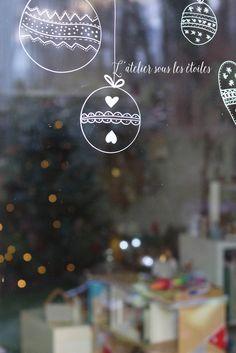 De retour de la grisaille lyonnaise, je me pose un instant pour vous montrer les petites décorations de fenêtre que l'on a fait cette année. Habituellement, on sort la gouache, les pochoirs et les éponges pour peindre sur les fenêtre. Mais cette année, j'ai eu envie d'expérimenter autre chose avec les enfants. C'est tout bête mais cela