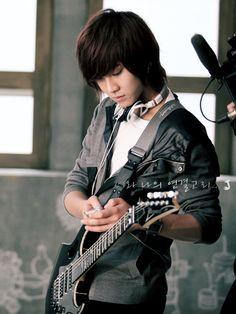 Song Seung-hyun of FTIsland. With fellow band member Choi Jong-hoon, Seung hyun modeled at the 2009 Autumn Seoul Fashion Week.