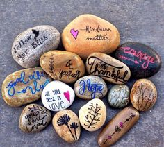 Top Painted Rock Art Ideas with Quotes You Can Do – Painted rock animals – Rock Painting Pebble Painting, Love Painting, Pebble Art, Shell Painting, Painting Flowers, Painted Rock Animals, Painted Rocks Craft, Painted Stones, Rock Painting Ideas Easy