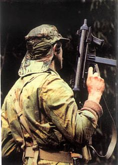 The trooper has an Italian Beretta SMG Military Units, Military Men, Military History, Psychological Warfare, Military Deployment, All Nature, African History, Special Forces, Cold War